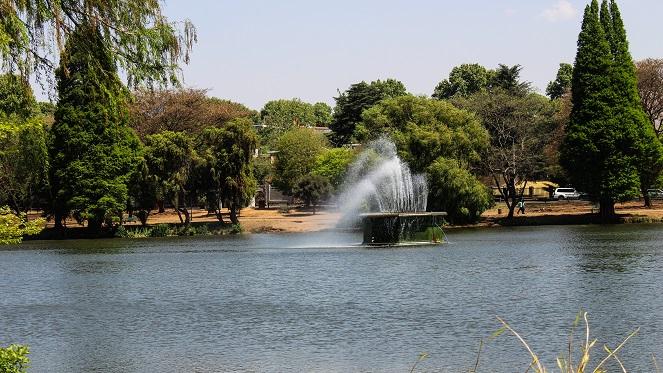 zoo-lake-fountain