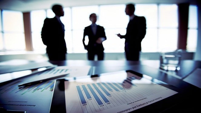 close-up-financial-document-with-executives-blurred-background-pressfoto